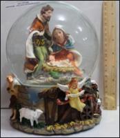 Керамическая статуэтка Вертеп в шаре из стекла